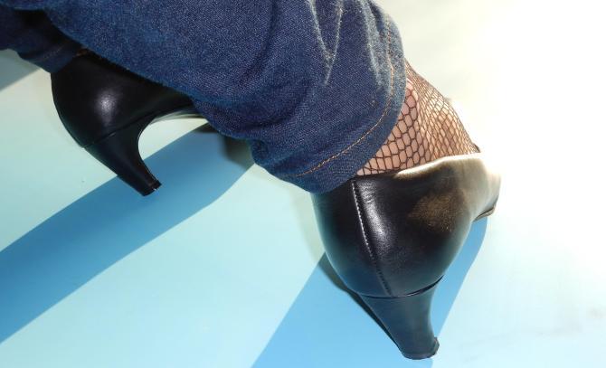schwarze_pumps_netzstrumpfhose_jeans_08