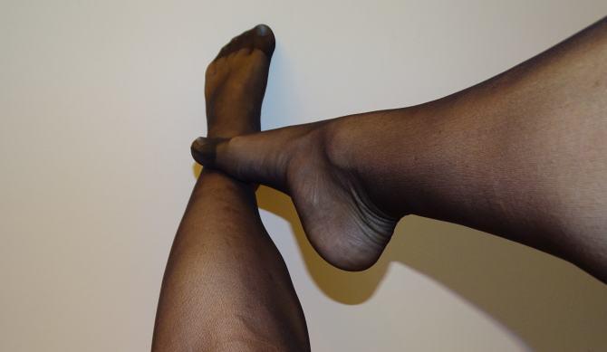 white_nails_black_pantyhose_20den_25